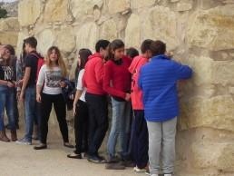 Visita al Yacimiento de Lucentum - Tocando las murallas