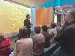 Guía en la zona de recepción del Museo