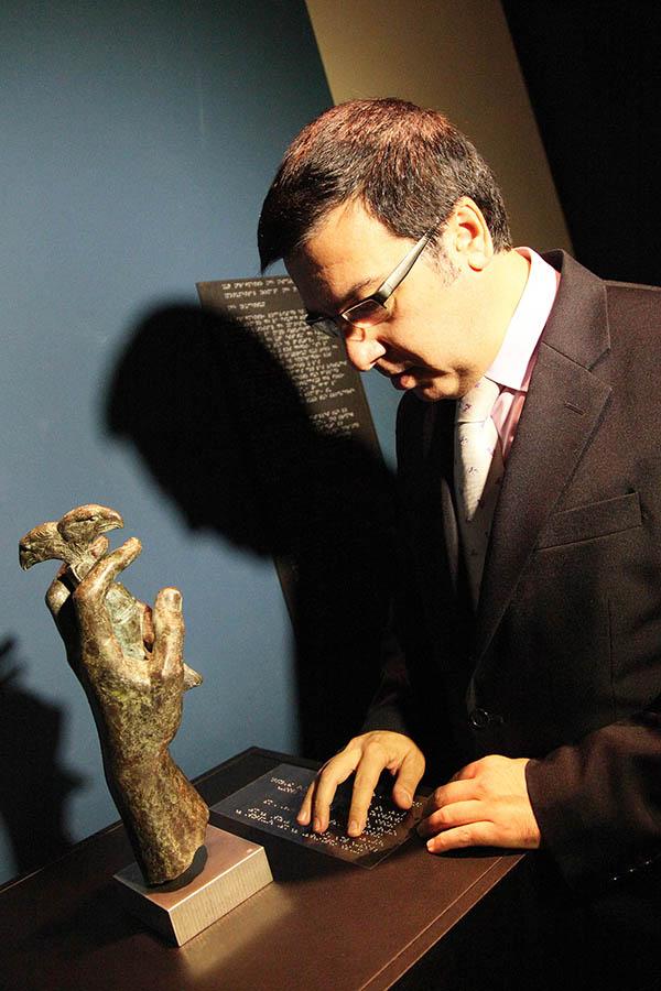Replica de la mano de bronce romana hallada en Lucentum