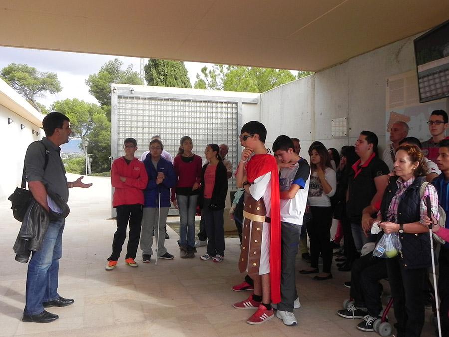 Bienvenida del director del MARQ a un grupo de visitantes al yacimiento del Tossal de Manises