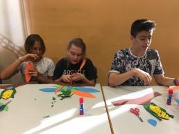 niños con asperger realizando talleres de mayas